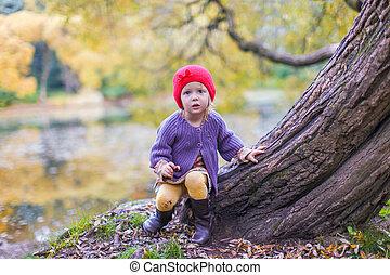 mignon, peu, parc, automne, amusement, girl, chapeau, avoir, rouges
