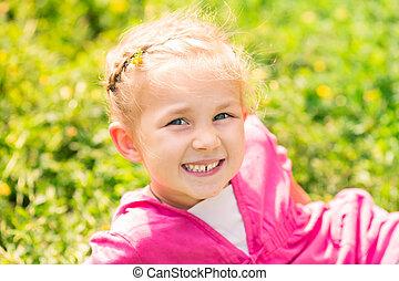 mignon, peu, pré, fille souriant