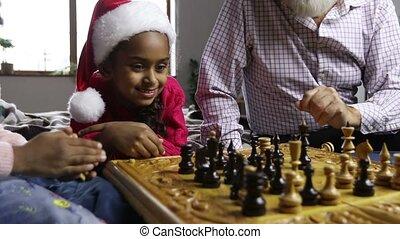 mignon, peu, regarder, jeu, échecs, santa, girl, chapeau