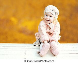 mignon, peu, séance, sur, enfant, ensoleillé, jaune, brouillé, automne, chaud, vide, fond, dehors, portrait, feuilles, jour