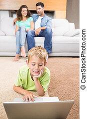 mignon, peu, salle, garçon, sofa, ordinateur portable, séance, tapis, vivant, parents, utilisation, maison