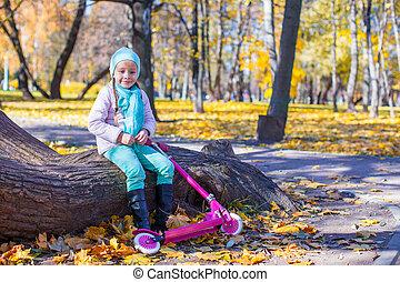 mignon, peu, scooter, parc, automne, girl