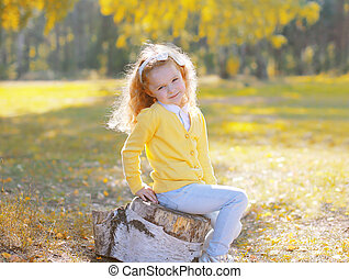 mignon, peu, souche, séance, ensoleillé, automne, enfant, girl, jour
