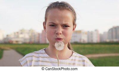 mignon, peu, souffler, pissenlit, pelouse, fille souriant, urbain