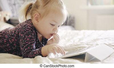 mignon, peu, tablette, bed., regarder, numérique, girl