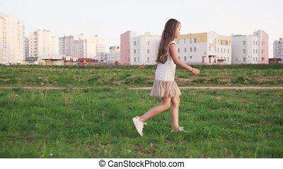mignon, peu, urbain, marche, terrain vague, girl, herbe
