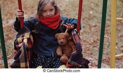 mignon, peu, vieux, elle, teddy, parc, ours, automne, 4k, balançoire, girl
