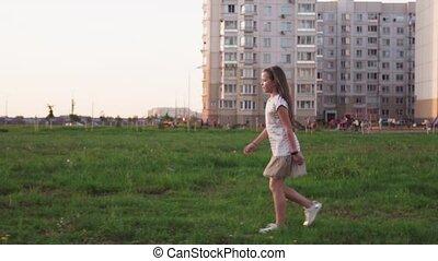 mignon, peu, ville, pelouse, marche, girl, herbe