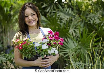 mignon, porter, fleurs, quelques-uns, jardinier
