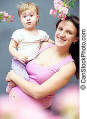 mignon, pregnant, mère, mains, bébé, sourire, fleurs, girl