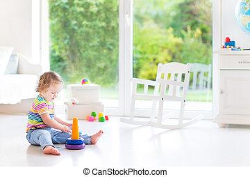 mignon, pyramide, salle, grand, jouer, fenêtre, jouet, blanc, enfantqui commence à marcher, girl, jardin, vue