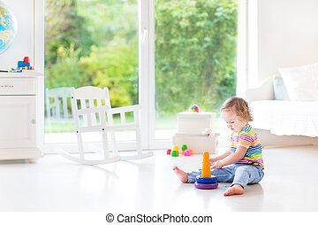 mignon, pyramide, salle, jouer, esprit, jouet, blanc, enfantqui commence à marcher, girl