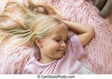 mignon, rêve, cheveux, blond, girl, rose, peu, concept., long, enfants, fermé, repos, heureux, yeux, couverture, voeux, feindre, jour, fourrure, relâcher, sleeping., temps, confection, enfance, mensonge