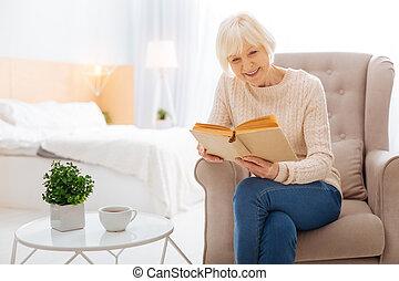 mignon, séance femme, fauteuil, vieilli, quoique, livre, sourire, lecture