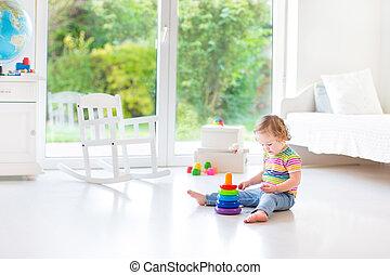 mignon, salle, grand, jouer, fenêtre, t, blanc, enfantqui commence à marcher, girl