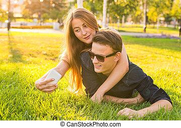 mignon, selfie, prendre, jour ensoleillé, couple