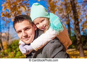 mignon, sien, fille, père, parc, automne, portrait, heureux