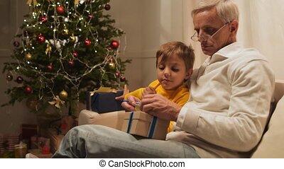 mignon, sien, petit-fils, présente, préparer, vieilli, agréable, noël, homme
