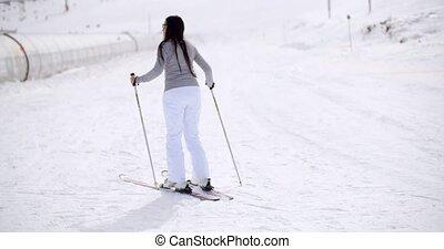 mignon, skis, femme, colline, fond