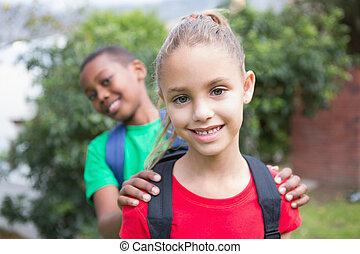 mignon, sourire, appareil photo, élèves, dehors