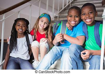 mignon, sourire, appareil photo, escalier, élèves