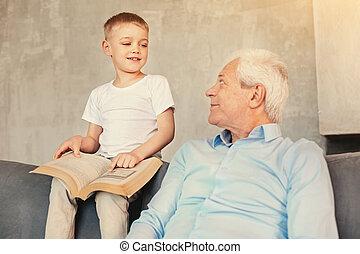 mignon, sur, sien, garçon, grand-père, conversation, livre