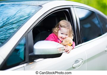mignon, teddy, voiture, ours, rire, girl, enfantqui commence à marcher