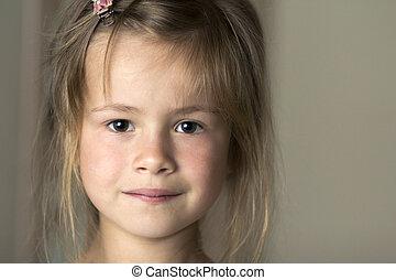 mignon, timidement, innocence, dispersé, brouillé, cheveux, blonds, portrait, fille souriant, peu, concept., jeune, arrière-plan., appareil photo, joli, yeux, enfant, rêves, gris, beauté, enfance