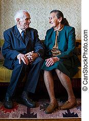 mignon, toujours, vieux, couple, mariés, house., leur, plus, année, portrait, amour, 80, concept., poser