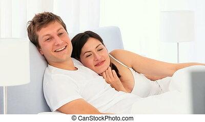 mignon, tv, couple, devant, amusement, avoir