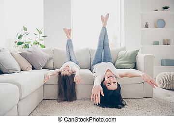 mignon, vacances, avoir, dessus, gosse, bas, divan, augmentation, vue, adorable, salle, corps, maman, maison, nu, photo, entiers, elle, franc, jambes, honoraires, poser, pied, temps, mains