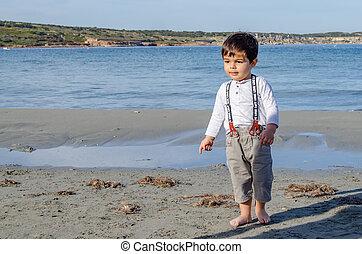 mignon, vieux, garçon, deux, années, plage, jouer