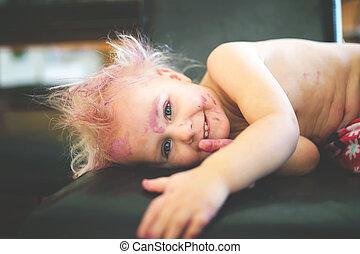 mignon, vilain, peint, appareil photo, sourire, enfantqui commence à marcher