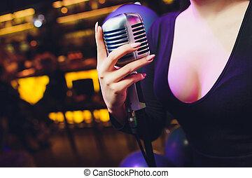 mikrofon, dzierżawa, przeciw, ręka, tło., jednorazowy, retro, samica, barwny
