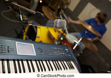 mikrophon, bei, synthesizer., schlagzeugspieler, in, fokus