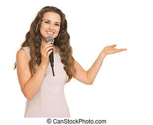 mikrophon, frau- zeigen, raum, junger, kopie, glücklich