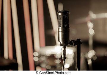 mikrophon, in, aufzeichnungsstudio, oder, konzertsaal, nahaufnahme, mit, schagzeug, hintergrund, heraus, von, fokus.