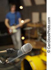mikrophon, in, fokus., gitarre spieler, in, fokus