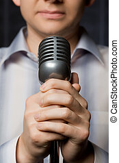 mikrophon, in, hände, von, mann, fokus, auf, finger