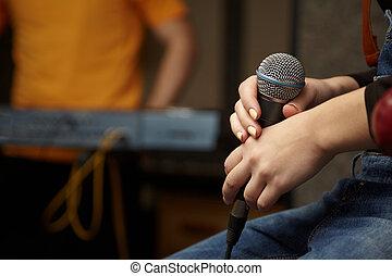 mikrophon, in, hand, von, sänger, girl., tastaturspieler, in, fokus