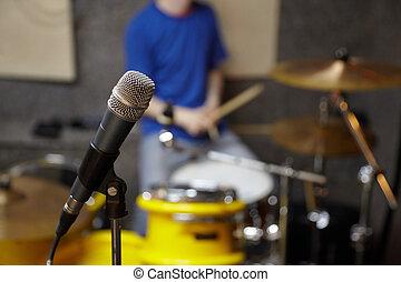 mikrophon, in, studio., schlagzeugspieler, in, fokus