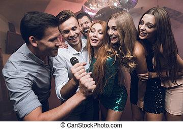 mikrophon, mã¤nnerhemd, leute, klub, junger, tanz, besitz, singing., weißes, sing., mann