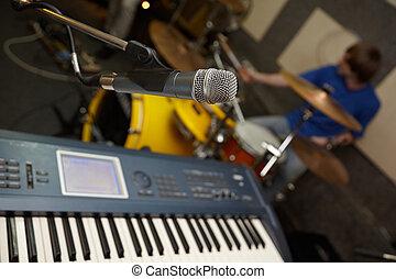 mikrophon, schlagzeugspieler, synthesizer., fokus, heraus