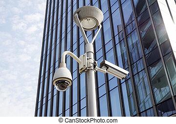milano, itália, 22, junho, 2017, :security, câmera cctv, ou, vigilância, sistema, em, edifício escritório, ., em, modernos, vizinhanças, aquilo, é, always, essencial, para, garantia, a, segurança, de, pessoas
