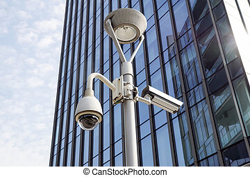 milano, olaszország, 22, június, 2017, :security, cctv fényképezőgép, vagy, közvélemény-kutatás, rendszer, alatt, irodaépület, ., alatt, modern, közelségek, azt, van, always, alapvető, fordíts, garantál, a, biztonság, közül, emberek