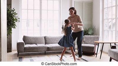 milieu, actif, danse, granddaughter., grand-maman, vieilli, pieds nue