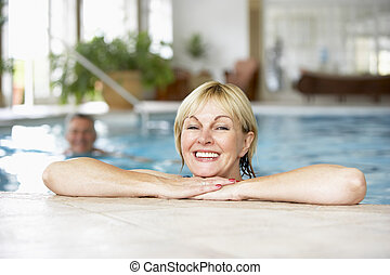 milieu, couple, vieilli, piscine, natation
