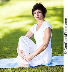 milieu, femme, vieilli, yoga