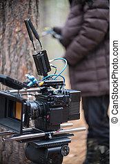 milieu, forêt, position homme, appareil photo