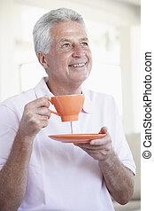 milieu, grande tasse, tenue, orange, vieilli, homme